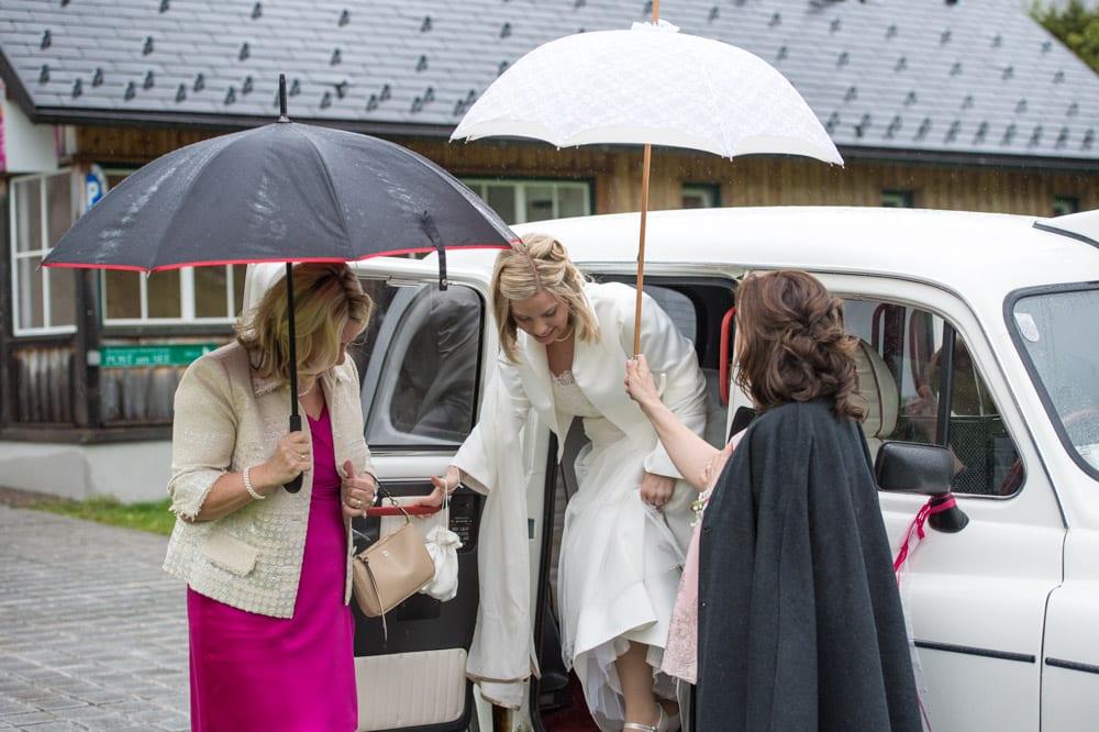 Brautpaar steig aus dem Auto aus, Grundlsee, Steinernes Meer, Ausseerland, Hochzeit in den Bergen, Hochzeitsshooting, Hochzeitsfotograf, Wedding, Wedding Photographer, Land Salzburg, Lorenz Masser