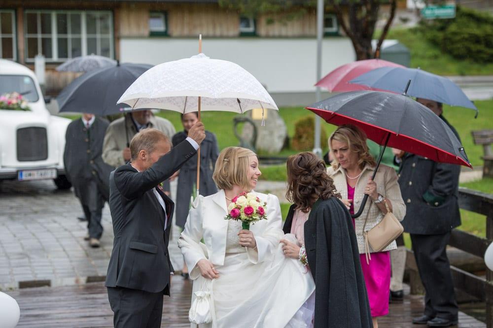 Braut unter Regenschirm, Grundlsee, Steinernes Meer, Ausseerland, Hochzeit in den Bergen, Hochzeitsshooting, Hochzeitsfotograf, Wedding, Wedding Photographer, Land Salzburg, Lorenz Masser