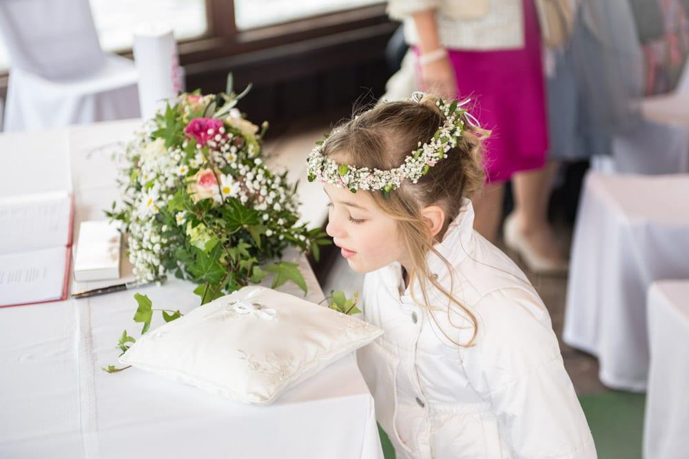 Blumenmädchen schaut sich Ringe an, Grundlsee, Steinernes Meer, Ausseerland, Hochzeit in den Bergen, Hochzeitsshooting, Hochzeitsfotograf, Wedding, Wedding Photographer, Land Salzburg, Lorenz Masser