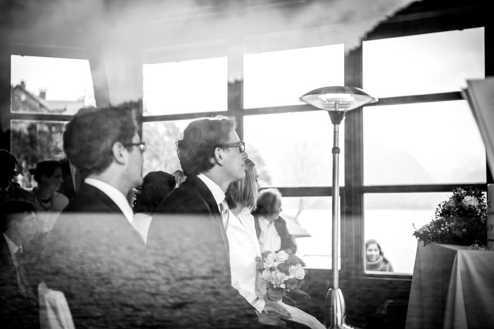 Trauung durch ein Fenster fotografiert, Schwarz Weiß, Grundlsee, Steinernes Meer, Ausseerland, Hochzeit in den Bergen, Hochzeitsshooting, Hochzeitsfotograf, Wedding, Wedding Photographer, Land Salzburg, Lorenz Masser