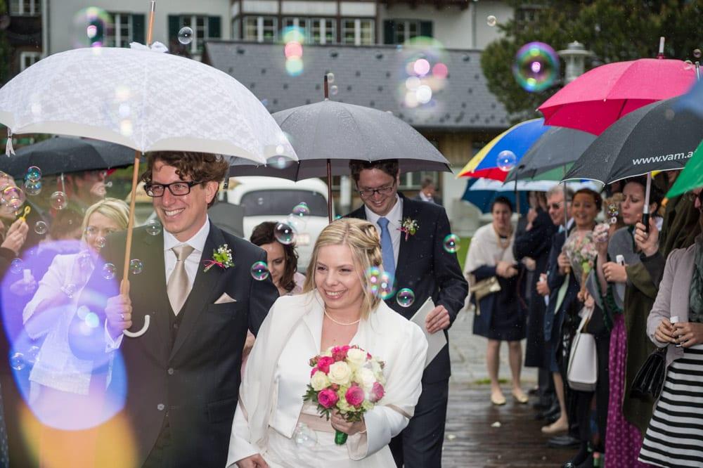 Brautpaar zwischen Seifenblasen, Grundlsee, Steinernes Meer, Ausseerland, Hochzeit in den Bergen, Hochzeitsshooting, Hochzeitsfotograf, Wedding, Wedding Photographer, Land Salzburg, Lorenz Masser
