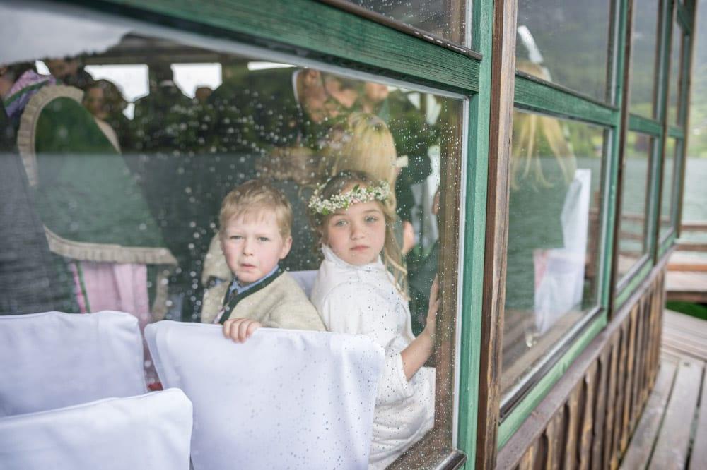 Kinder bei der Hochzeit schauen aus dem Fenster, Grundlsee, Steinernes Meer, Ausseerland, Hochzeit in den Bergen, Hochzeitsshooting, Hochzeitsfotograf, Wedding, Wedding Photographer, Land Salzburg, Lorenz Masser