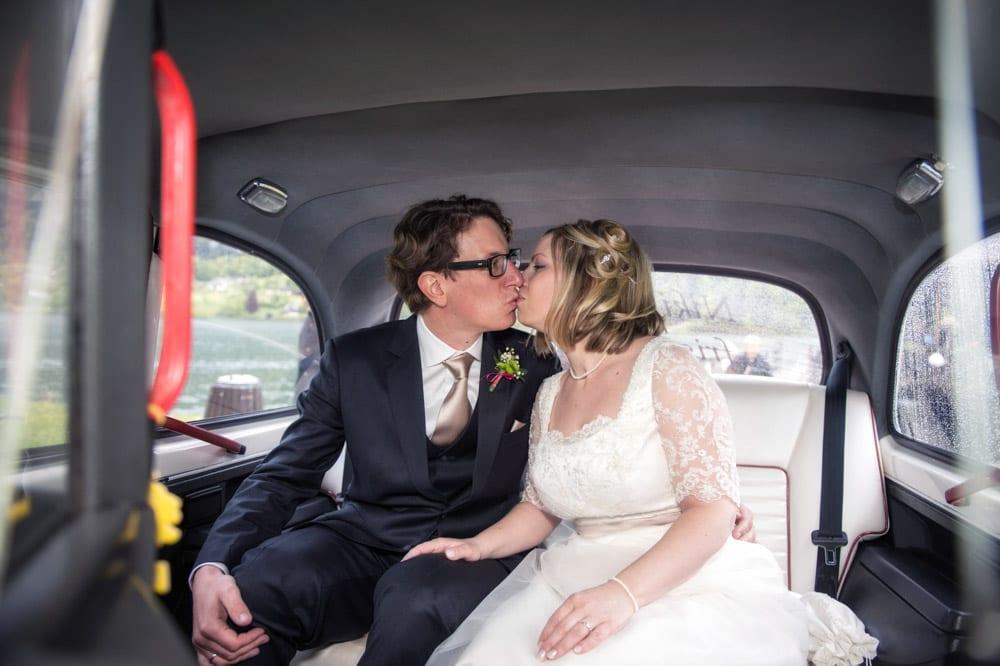 Kuss im Taxi Cab, Grundlsee, Steinernes Meer, Ausseerland, Hochzeit in den Bergen, Hochzeitsshooting, Hochzeitsfotograf, Wedding, Wedding Photographer, Land Salzburg, Lorenz Masser