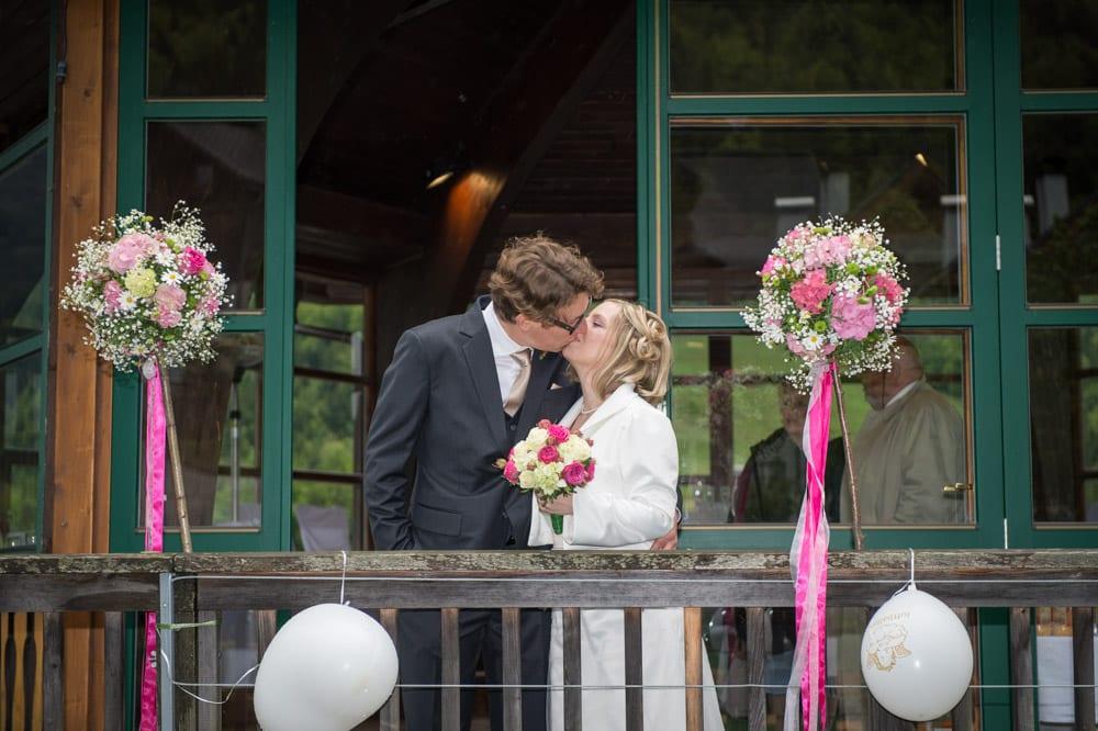 Brautpaar küsst sich, Grundlsee, Steinernes Meer, Ausseerland, Hochzeit in den Bergen, Hochzeitsshooting, Hochzeitsfotograf, Wedding, Wedding Photographer, Land Salzburg, Lorenz Masser