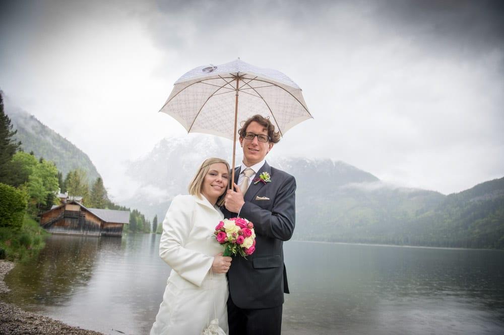 Brautpaar, Regenschirm, Grundlsee, Steinernes Meer, Ausseerland, Hochzeit in den Bergen, Hochzeitsshooting, Hochzeitsfotograf, Wedding, Wedding Photographer, Land Salzburg, Lorenz Masser