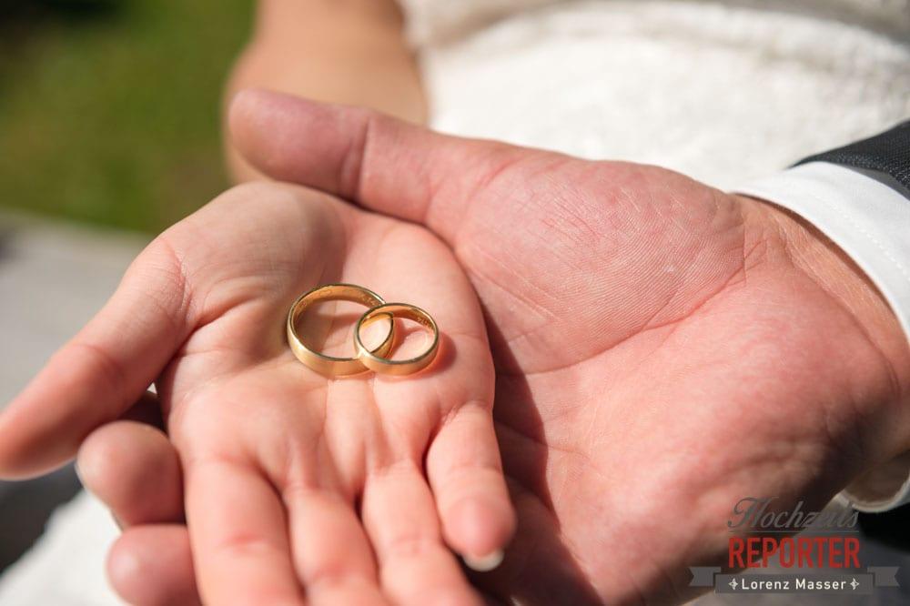Ringe in den Händen vom Brautpaar, Hochnössler, Altenmarkt,  Hochzeit in den Bergen, Hochzeitsshooting, Hochzeitsfotograf, Wedding, Wedding Photographer, Land Salzburg, Lorenz Masser