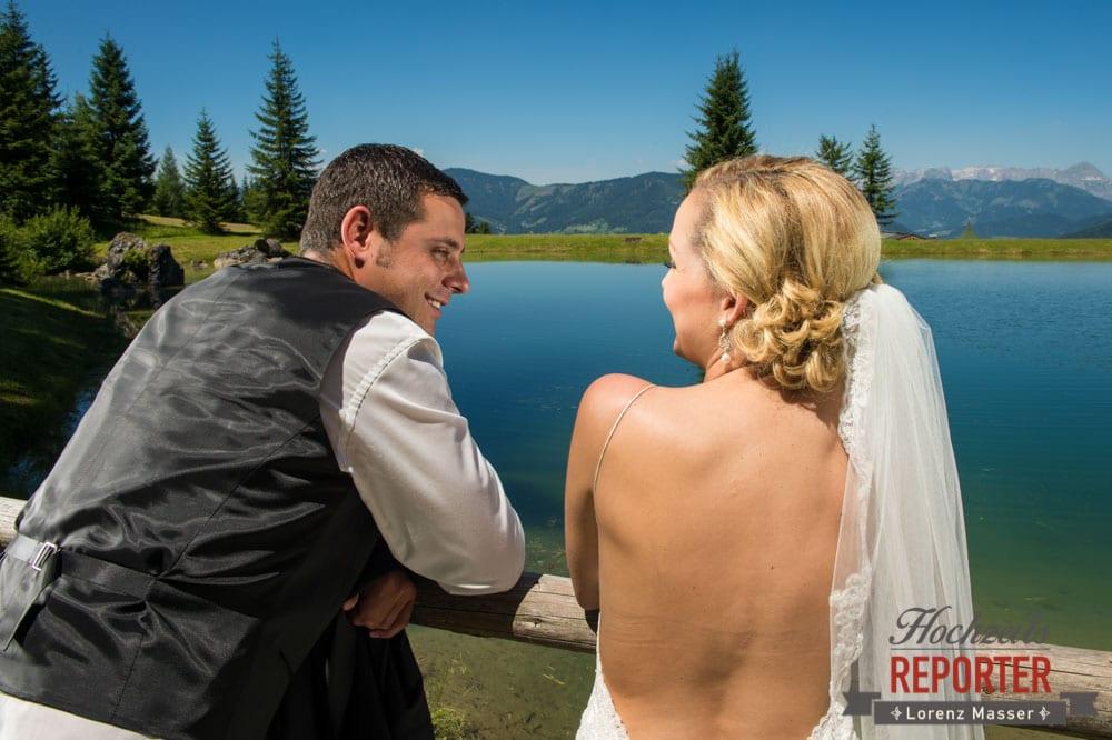 Brautpaar schaut sich an, Hochnössler, Altenmarkt,  Hochzeit in den Bergen, Hochzeitsshooting, Hochzeitsfotograf, Wedding, Wedding Photographer, Land Salzburg, Lorenz Masser
