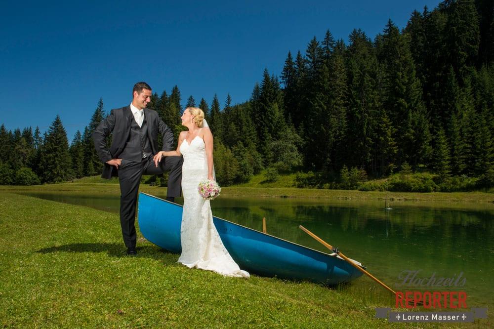 Brautpaar neben einem Boot und schaut sich in die Augen, Hochnössler, Altenmarkt,  Hochzeit in den Bergen, Hochzeitsshooting, Hochzeitsfotograf, Wedding, Wedding Photographer, Land Salzburg, Lorenz Masser