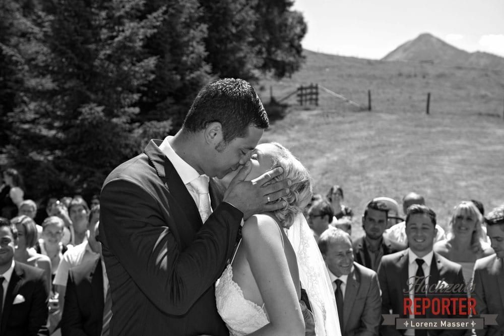 Brautpaar küsst sich bei der Trauung, Hochnössler, Altenmarkt,  Hochzeit in den Bergen, Hochzeitsshooting, Hochzeitsfotograf, Wedding, Wedding Photographer, Land Salzburg, Lorenz Masser