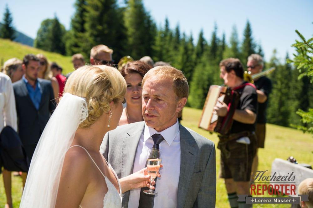 Braut redet mit Vater, Hochnössler, Altenmarkt,  Hochzeit in den Bergen, Hochzeitsshooting, Hochzeitsfotograf, Wedding, Wedding Photographer, Land Salzburg, Lorenz Masser