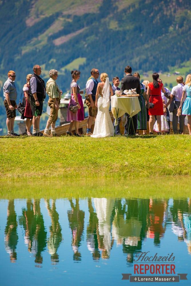 Hochzeitsgesellschaft mit Braut spiegelt sich im See, Hochnössler, Altenmarkt,  Hochzeit in den Bergen, Hochzeitsshooting, Hochzeitsfotograf, Wedding, Wedding Photographer, Land Salzburg, Lorenz Masser