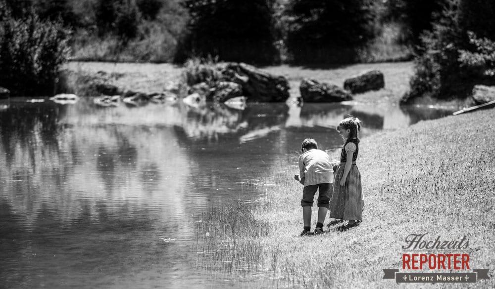 Kinder in Tacht spielen am See, Hochnössler, Altenmarkt,  Hochzeit in den Bergen, Hochzeitsshooting, Hochzeitsfotograf, Wedding, Wedding Photographer, Land Salzburg, Lorenz Masser