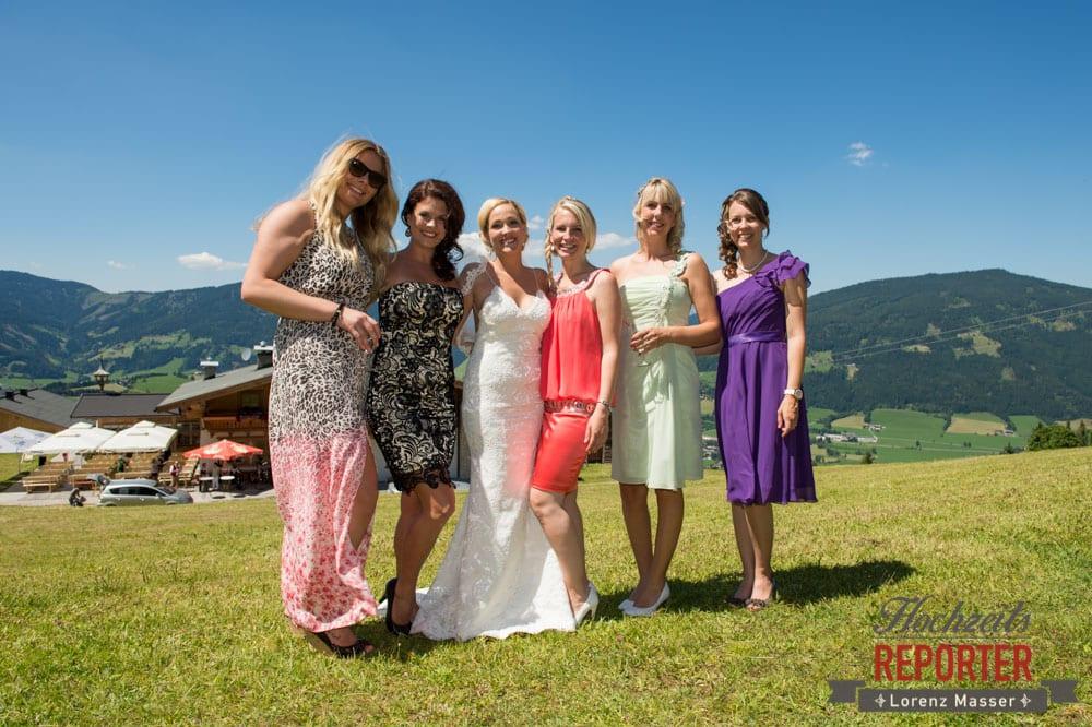Braut mit Freundinnen, Hochnössler, Altenmarkt,  Hochzeit in den Bergen, Hochzeitsshooting, Hochzeitsfotograf, Wedding, Wedding Photographer, Land Salzburg, Lorenz Masser