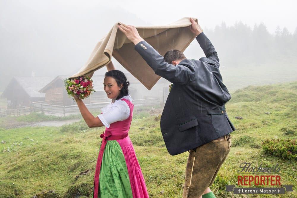 Brautpaar geht mit Decke über dem Kopf zur Alm,  Hochzeit in den Bergen, Tauernkarleitenalm, Radstadt, Hochzeitsshooting, Hochzeitsfotograf, Wedding, Wedding Photographer, Land Salzburg, Lorenz Masser