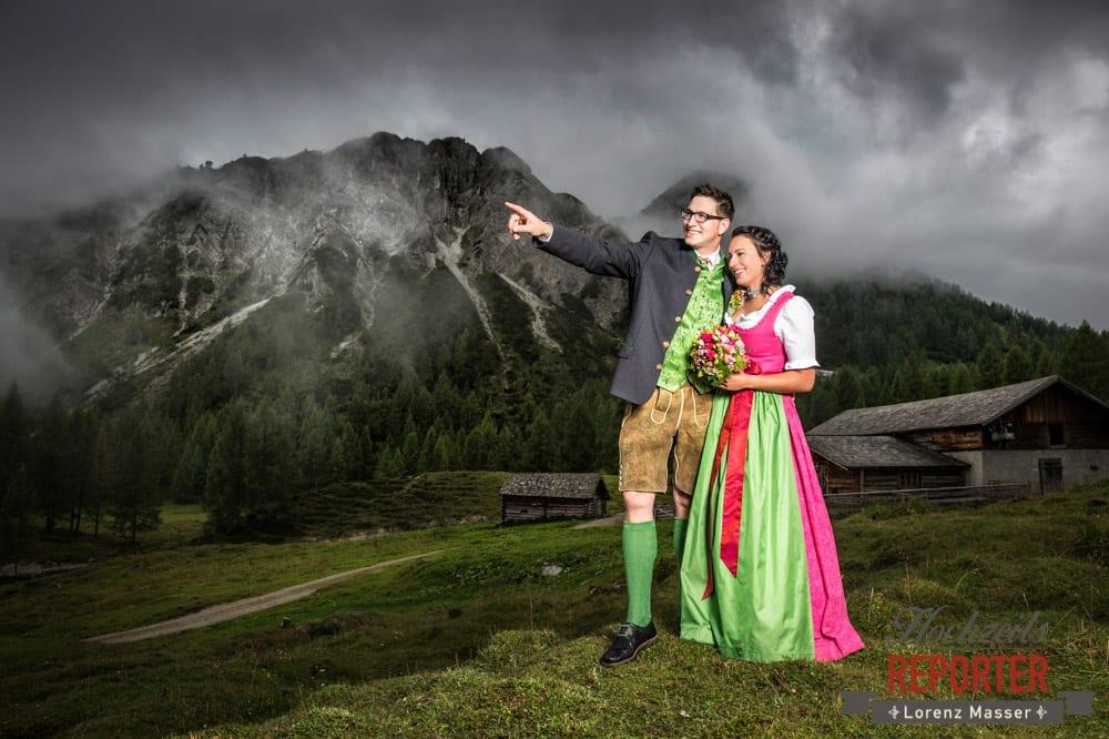 Brautpaar schaut auf einen Berg,  Hochzeit in den Bergen, Tauernkarleitenalm, Radstadt, Hochzeitsshooting, Hochzeitsfotograf, Wedding, Wedding Photographer, Land Salzburg, Lorenz Masser