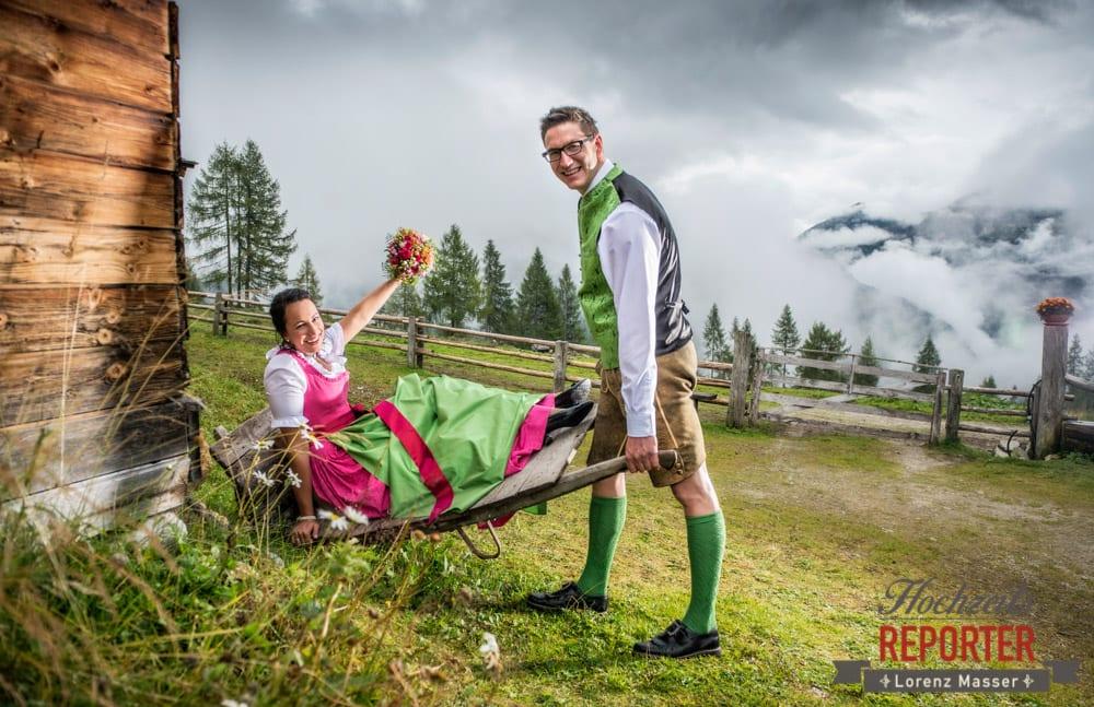 Braut wird auf Karren von Bräutigam gezogen,  Hochzeit in den Bergen, Tauernkarleitenalm, Radstadt, Hochzeitsshooting, Hochzeitsfotograf, Wedding, Wedding Photographer, Land Salzburg, Lorenz Masser