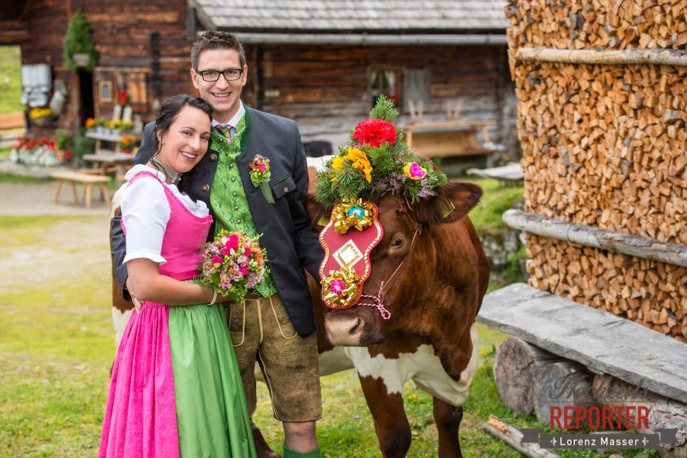 Brautpaar mit Kuh,  Hochzeit in den Bergen, Tauernkarleitenalm, Radstadt, Hochzeitsshooting, Hochzeitsfotograf, Wedding, Wedding Photographer, Land Salzburg, Lorenz Masser
