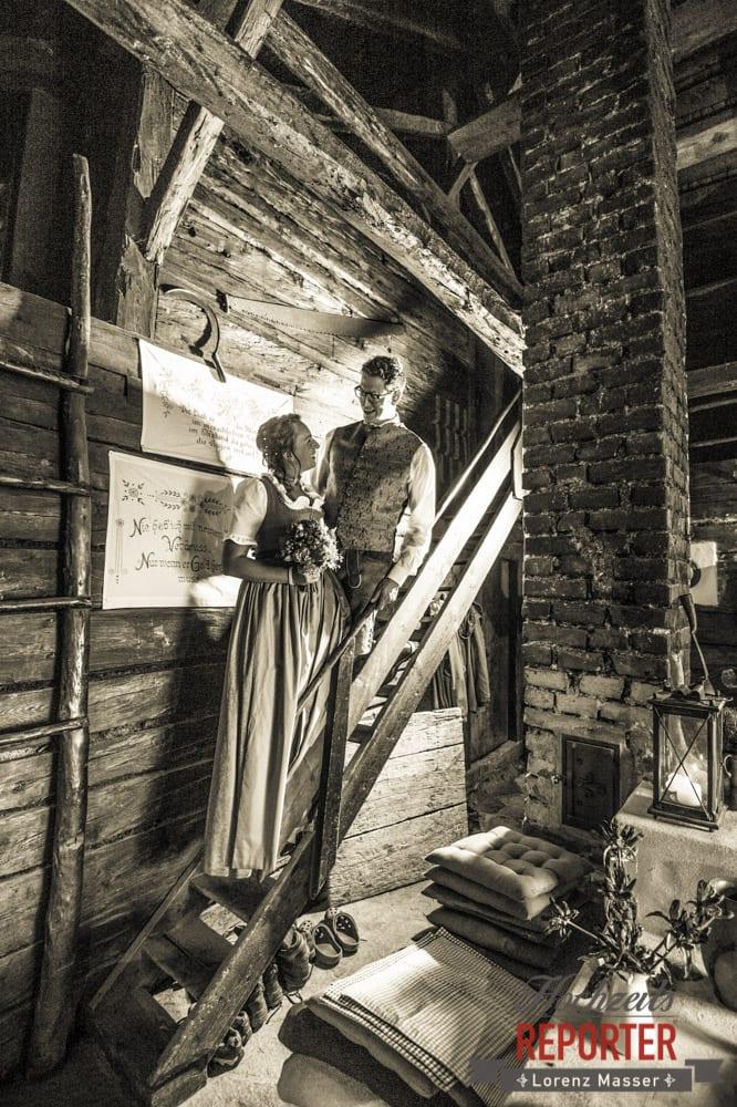 Brautpaar steht auf Treppe und schaut sich an,  Hochzeit in den Bergen, Tauernkarleitenalm, Radstadt, Hochzeitsshooting, Hochzeitsfotograf, Wedding, Wedding Photographer, Land Salzburg, Lorenz Masser