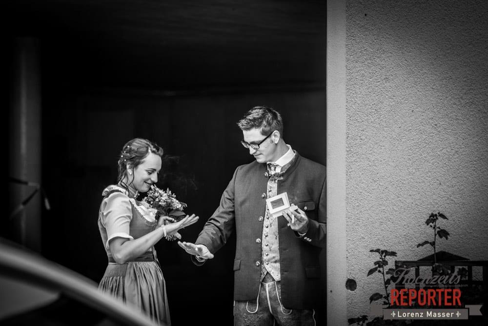 Brautpaar schaut sich die Ringe an,  Hochzeit in den Bergen, Tauernkarleitenalm, Radstadt, Hochzeitsshooting, Hochzeitsfotograf, Wedding, Wedding Photographer, Land Salzburg, Lorenz Masser
