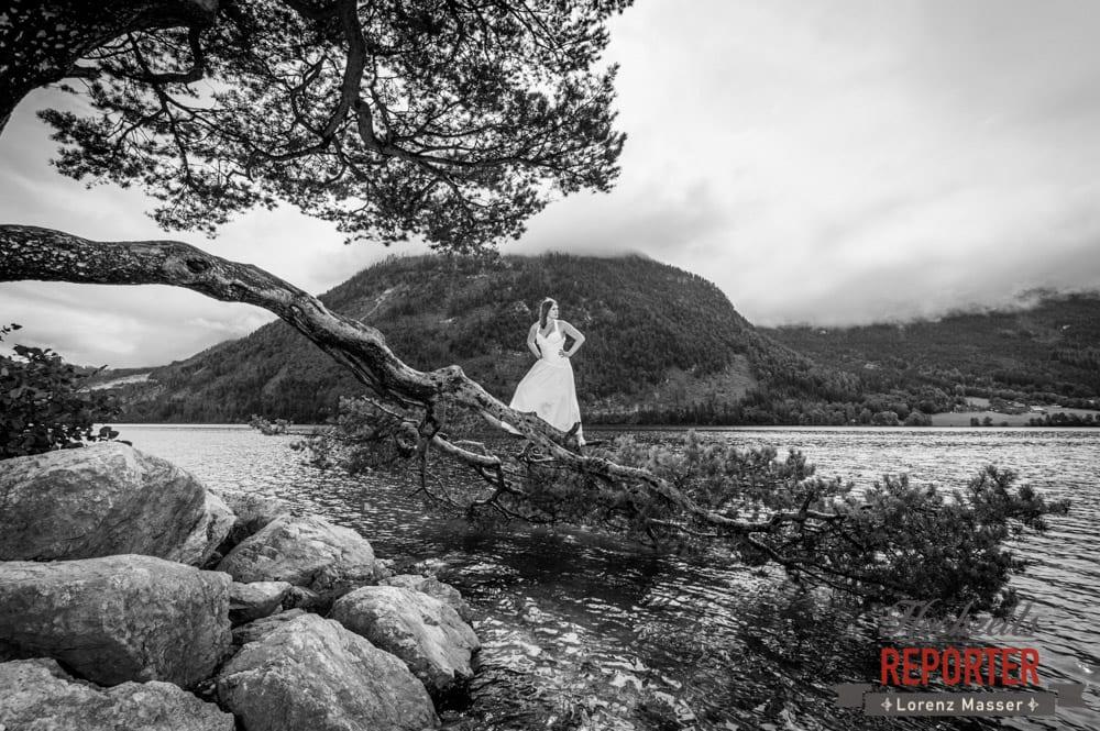 Brautpaar steht auf Ast von großen Baum und schaut aus dem Bild, Trash the Dress, Brautpaar, Hochzeits shooting, Hochzeitsfotograf, Wedding Photographer, Grundlsee, Land Salzburg, Lorenz Masser