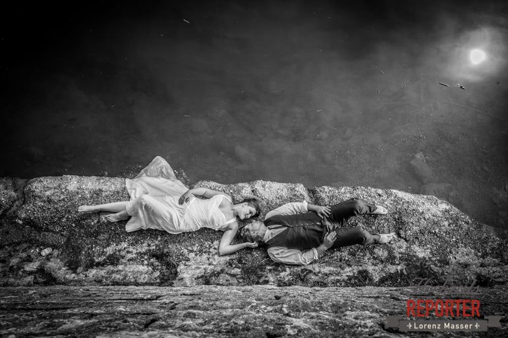 Brautpaar liegt nebendem See, Trash the Dress, Brautpaar, Hochzeits shooting, Hochzeitsfotograf, Wedding Photographer, Grundlsee, Land Salzburg, Lorenz Masser