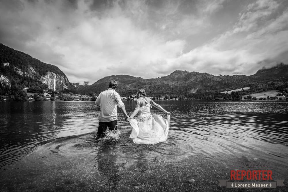 Brautpaar laufen im See, Trash the Dress, Brautpaar, Hochzeits shooting, Hochzeitsfotograf, Wedding Photographer, Grundlsee, Land Salzburg, Lorenz Masser