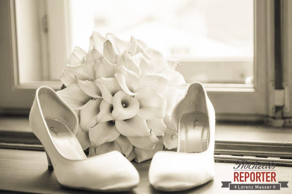 Schuhe der Braut, Außergewöhnlicher Brautstrauß, Schloss Mondsee, Hochzeit, Wedding, Wedding Photographer, Land Salzburg, Lorenz Masser