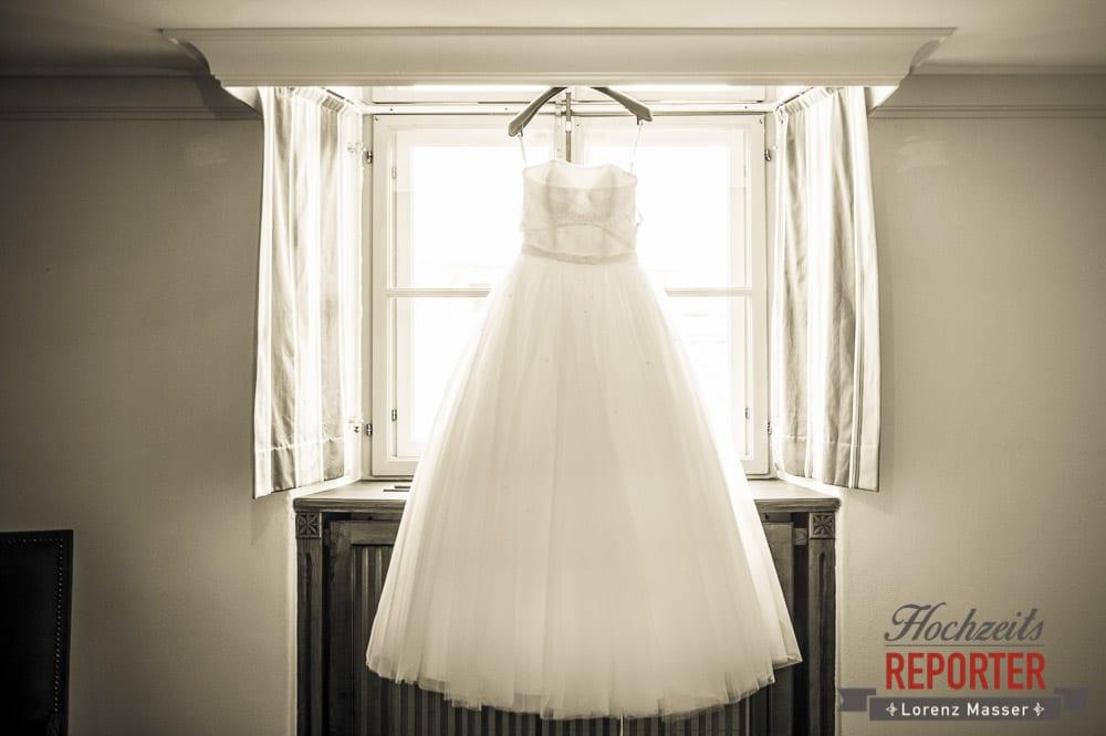Brautkleid am Fenster, Schloss Mondsee, Hochzeit, Wedding, Wedding Photographer, Land Salzburg, Lorenz Masser