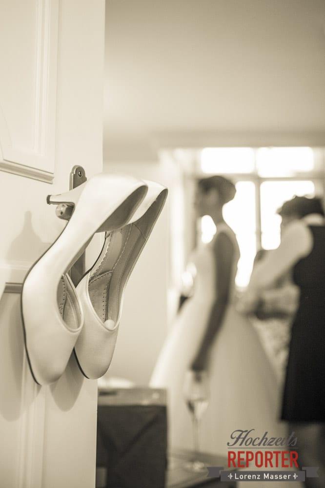 Schuhe der Braut im Detail, Getting Ready, Schloss Mondsee, Hochzeit, Wedding, Wedding Photographer, Land Salzburg, Lorenz Masser