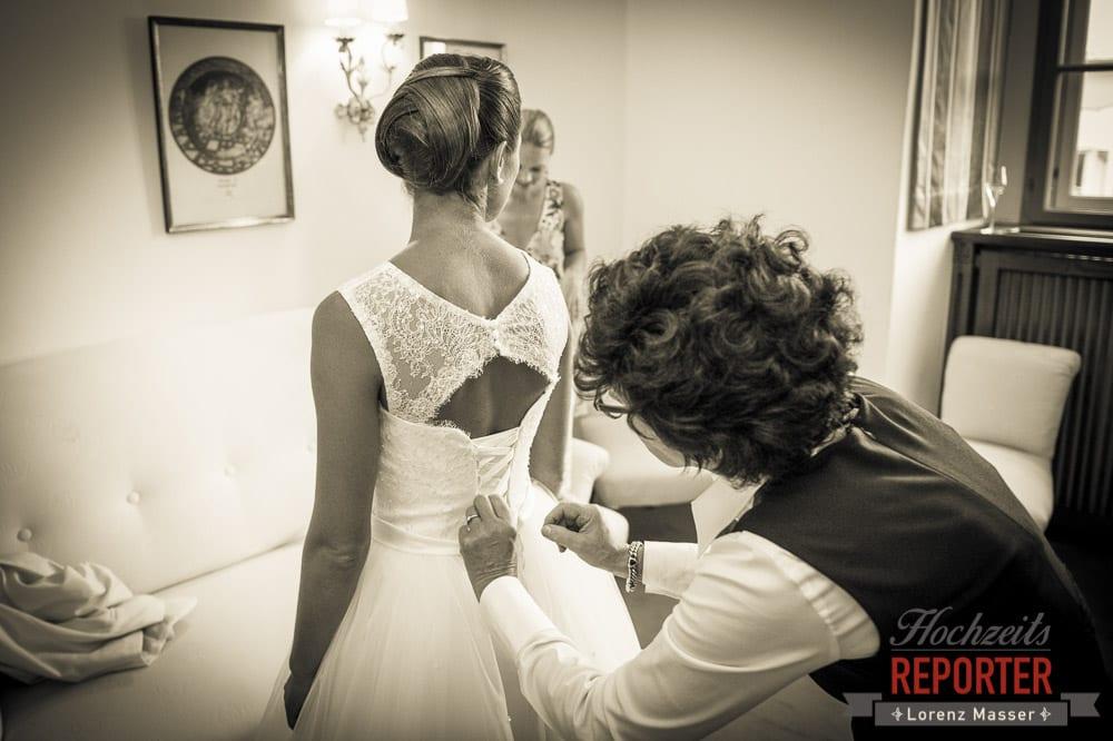 Braut beim Getting Ready, Schloss Mondsee, Hochzeit, Wedding, Wedding Photographer, Land Salzburg, Lorenz Masser