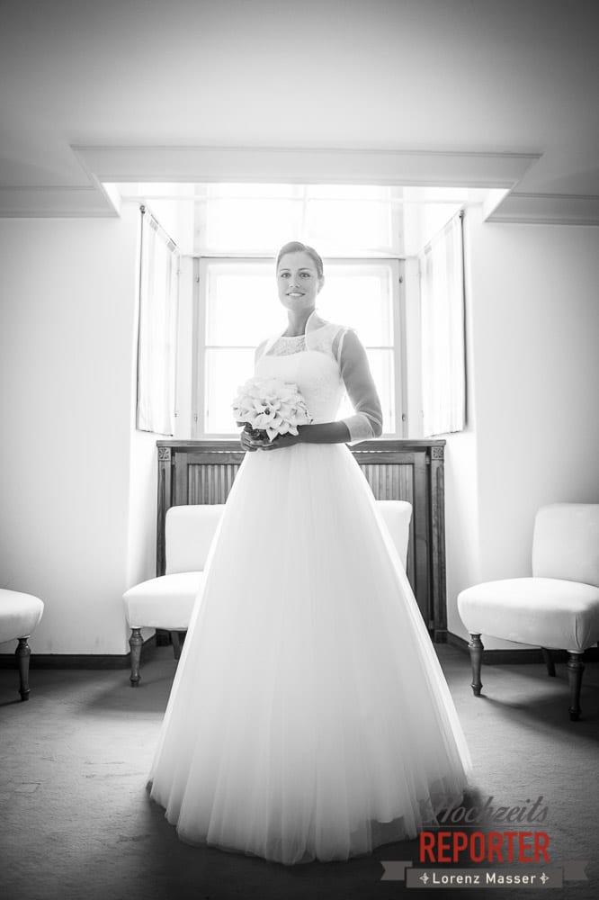 Brautpaar vor Fenster, Schloss Mondsee, Hochzeit, Wedding, Wedding Photographer, Land Salzburg, Lorenz Masser