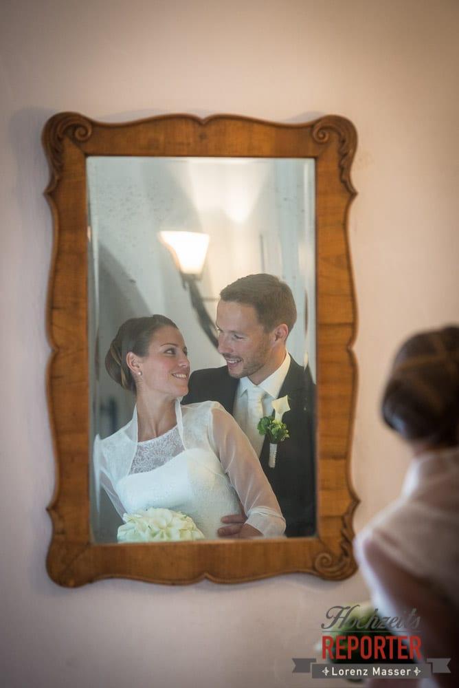 Brautpaar im Spiegel, Schaut sich in die Augen, Schloss Mondsee, Hochzeit, Wedding, Wedding Photographer, Land Salzburg, Lorenz Masser