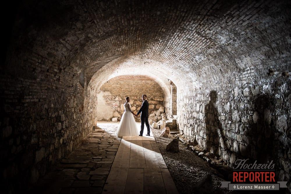 Brautpaar im Keller, Portrait, Schloss Mondsee, Hochzeit, Wedding, Wedding Photographer, Land Salzburg, Lorenz Masser
