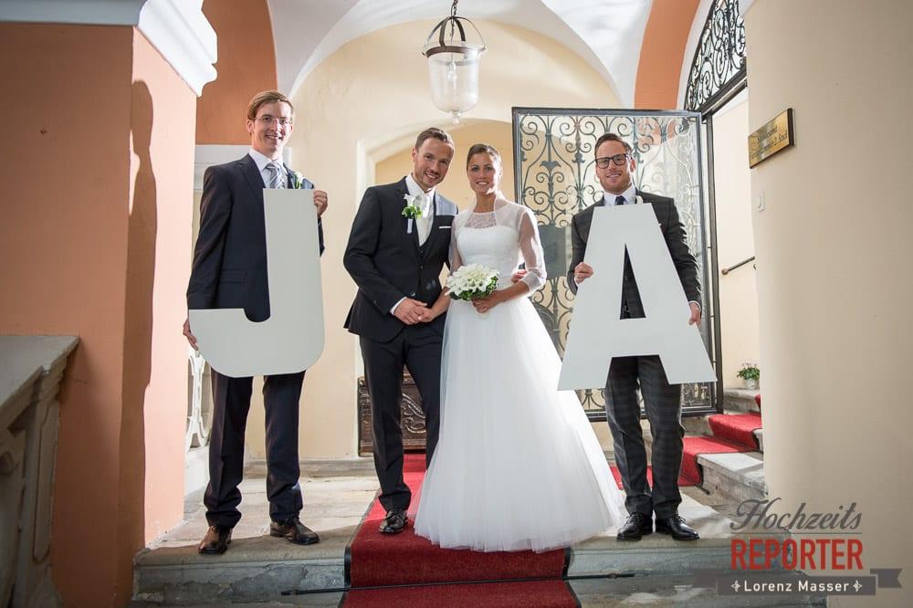 Brautpaar steht zwischen Großen Ja Buchstaben, Schloss Mondsee, Hochzeit, Wedding, Wedding Photographer, Land Salzburg, Lorenz Masser