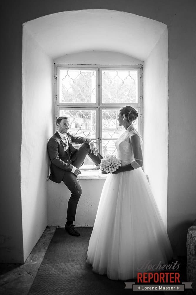 Brautpaar am Fenster, Schloss Mondsee, Hochzeit, Wedding, Wedding Photographer, Land Salzburg, Lorenz Masser