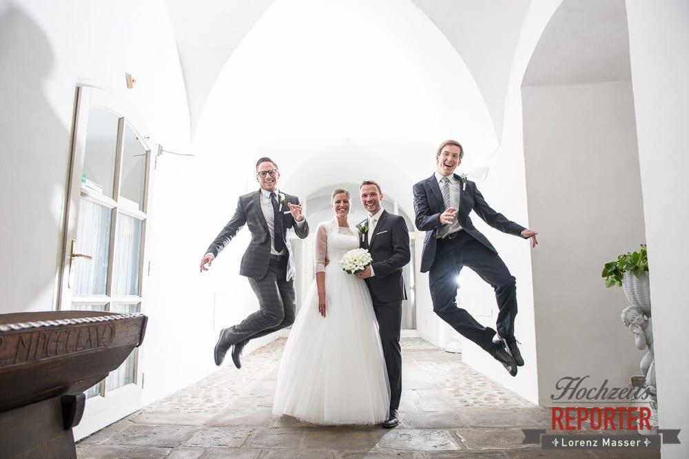 Trauzeugen springen in die Luft, Brautpaar steht dazwischen, Schloss Mondsee, Hochzeit, Wedding, Wedding Photographer, Land Salzburg, Lorenz Masser