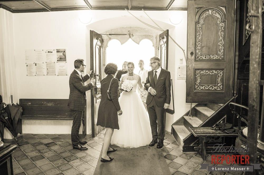 Brautpaar kommt in die Kirche, Schloss Mondsee, Hochzeit, Wedding, Wedding Photographer, Land Salzburg, Lorenz Masser