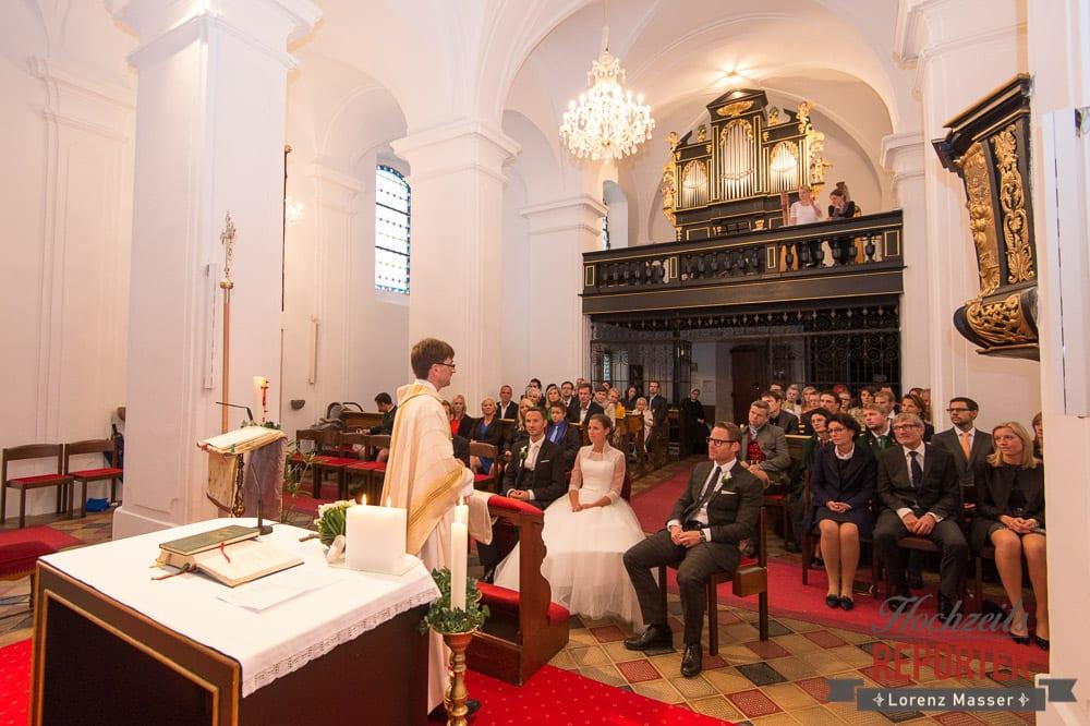 Kirchliche Trauung, Brautpaar, Hochzeitsgesellschaft, Pfarrer, Schloss Mondsee, Hochzeit, Wedding, Wedding Photographer, Land Salzburg, Lorenz Masser