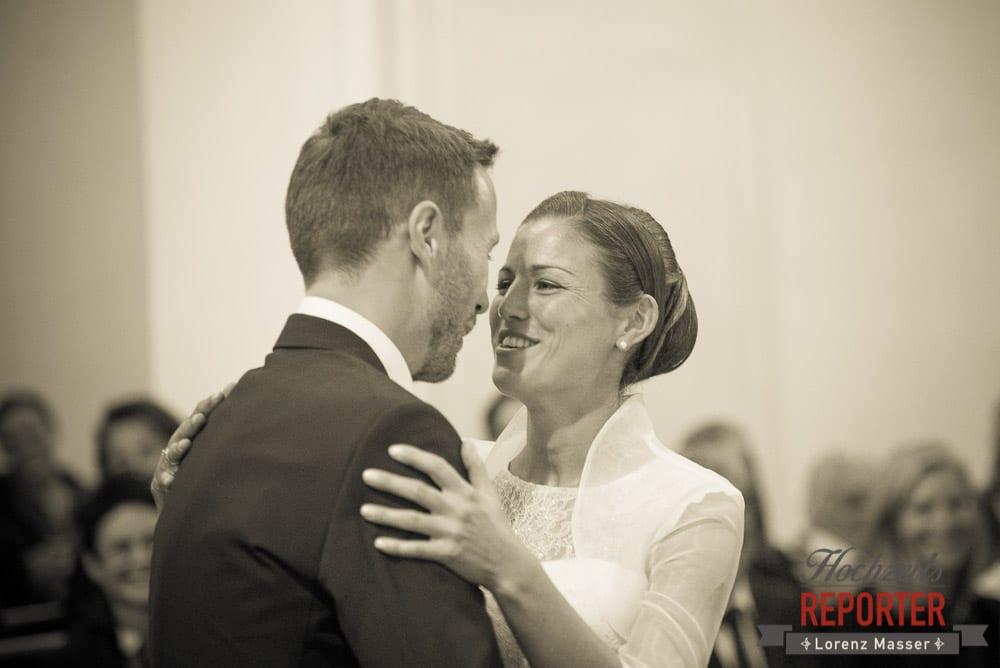Brautpaar spricht während Tanz, Schloss Mondsee, Hochzeit, Wedding, Wedding Photographer, Land Salzburg, Lorenz Masser