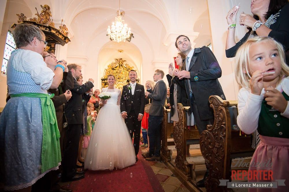 Gang aus der Kirche nach der Trauung, Seifenblasen, Schloss Mondsee, Hochzeit, Wedding, Wedding Photographer, Land Salzburg, Lorenz Masser