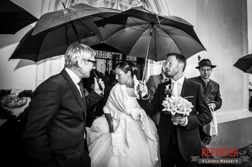 Brautpaar geht mit Regenschirmen, Bräuigam spricht mit Vater, Schloss Mondsee, Hochzeit, Wedding, Wedding Photographer, Land Salzburg, Lorenz Masser