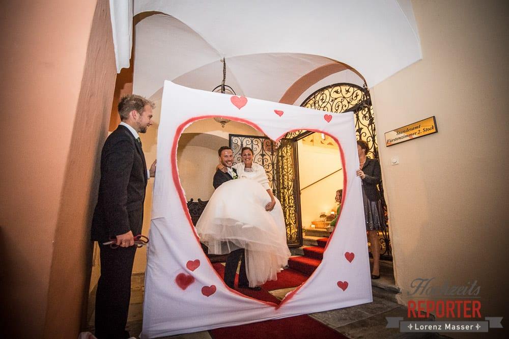 Bräutigam geht durch großes Herz, Schloss Mondsee, Hochzeit, Wedding, Wedding Photographer, Land Salzburg, Lorenz Masser
