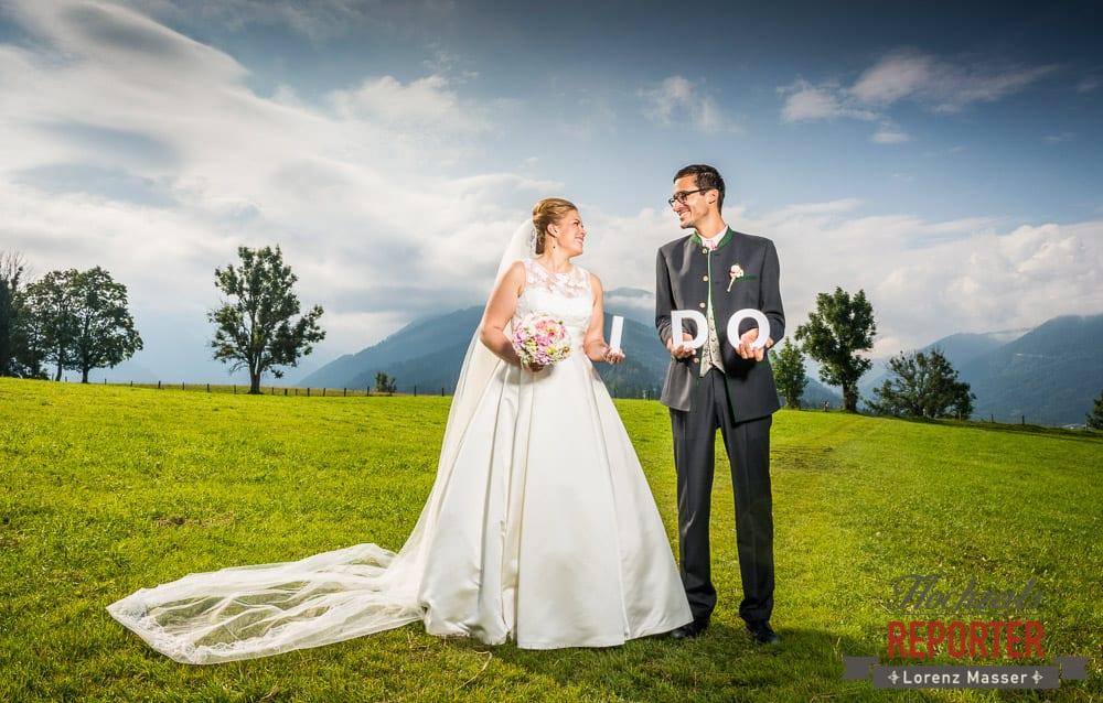 Brautpaar schaut sich an und hat I DO Buchstaben in der Hand, Winterbauer, Altenmarkt, Wedding, Wedding Photographer, Hochzeitsfotograf, Land Salzburg, Lorenz Masser