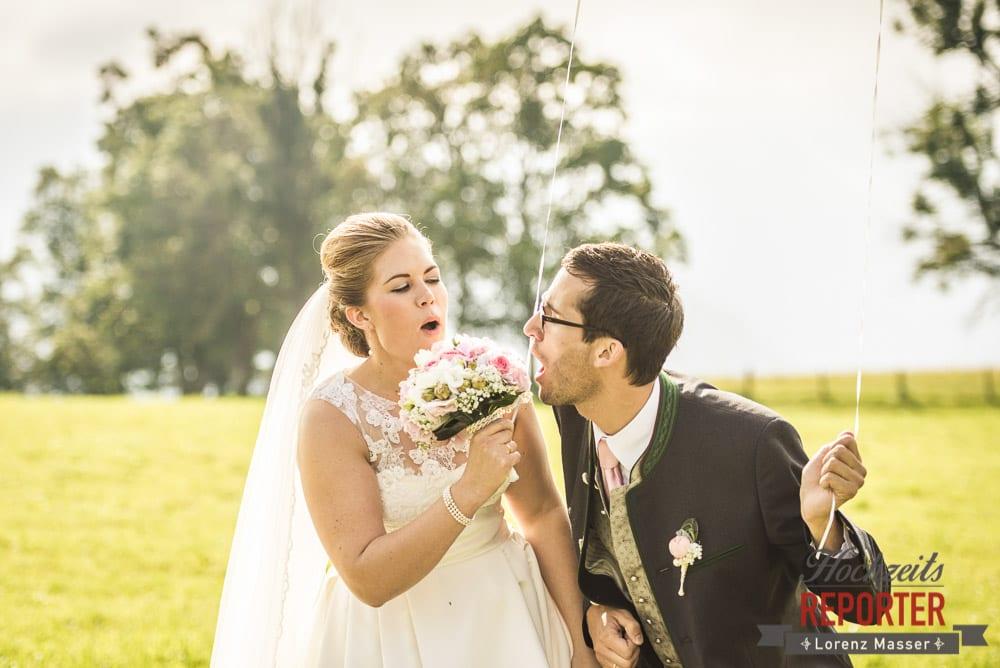 Brautpaar sing in den Blumenstrauß, Winterbauer, Altenmarkt, Wedding, Wedding Photographer, Hochzeitsfotograf, Land Salzburg, Lorenz Masser