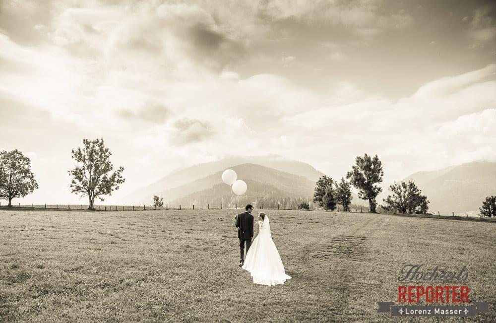 Brautpaar geht in die Landschaft mit zwei Luftballonen in der Hand, Winterbauer, Altenmarkt, Wedding, Wedding Photographer, Hochzeitsfotograf, Land Salzburg, Lorenz Masser