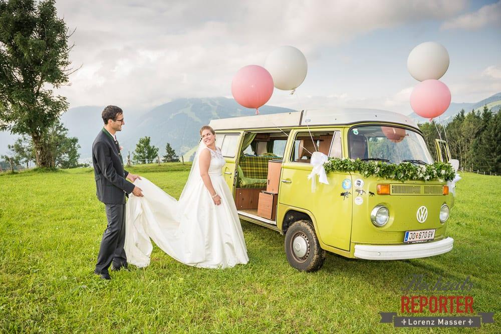 Brautpaar steigt in VW Bus, Winterbauer, Altenmarkt, Wedding, Wedding Photographer, Hochzeitsfotograf, Land Salzburg, Lorenz Masser