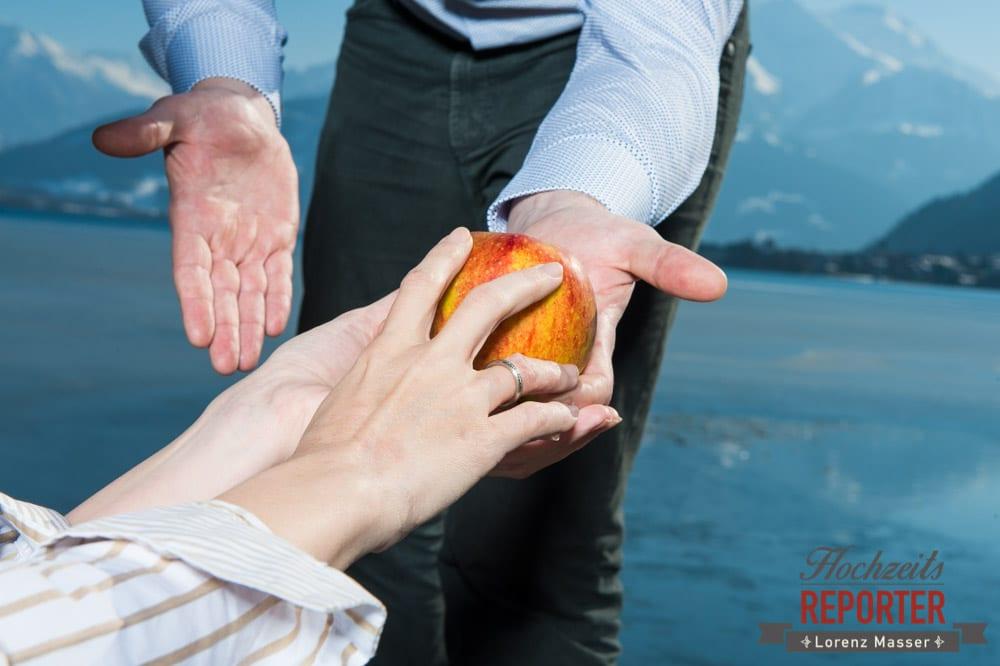 Apfel, Hände, Verlobungsring, Engagement Shooting, Schloss Prielau, Zell am See, Land Salzburg, Fotograf, Hochzeitsfotograf, Hochzeit, Lorenz Masser