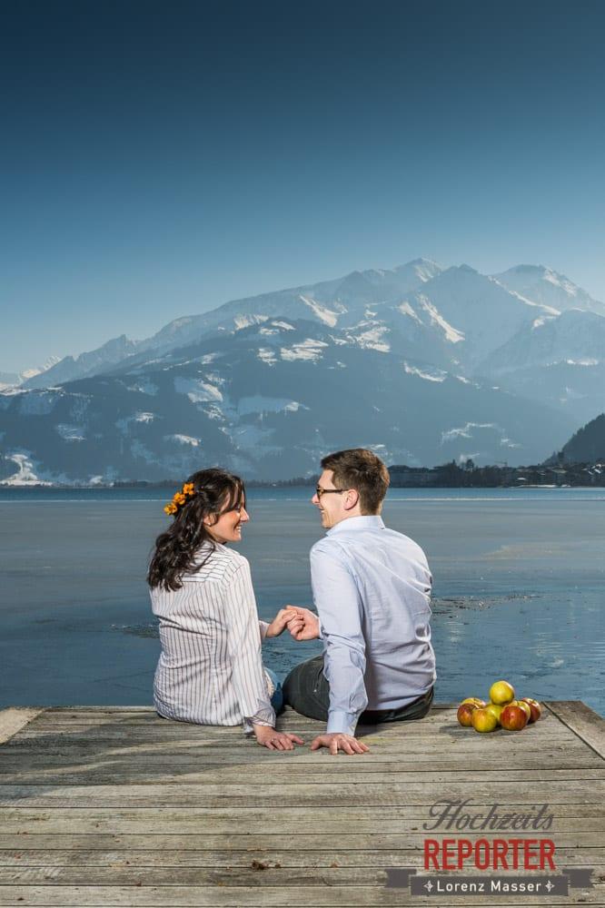 Paar am See, schaut sich in die Augen, Engagement Shooting, Schloss Prielau, Zell am See, Land Salzburg, Fotograf, Hochzeitsfotograf, Hochzeit, Lorenz Masser