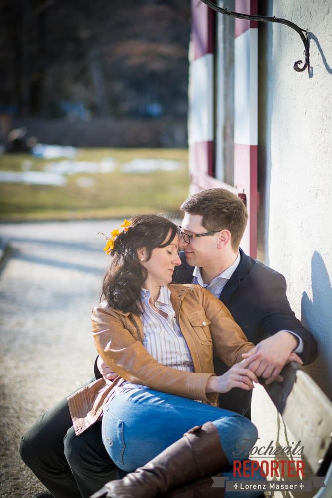 Paar auf Bank, zärtlich, Engagement Shooting, Verlobungs Shooting, Schloss Prielau, Zell am See, Land Salzburg, Fotograf, Hochzeitsfotograf,Verlobung,  Hochzeit, Lorenz Masser