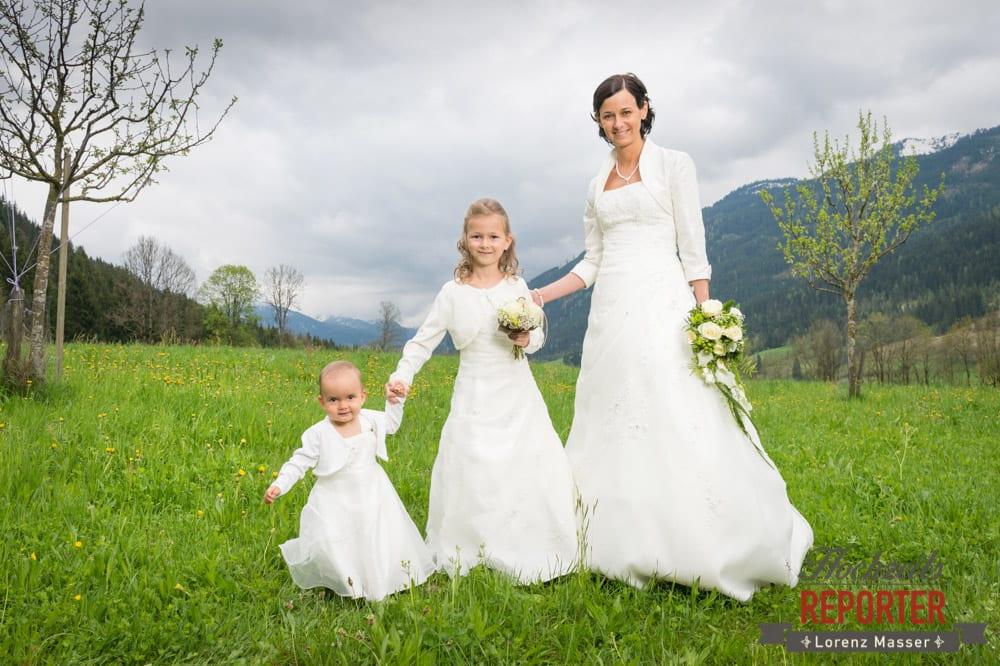 Brautpaar mit beiden Kindern in weißen Kleidern, Radstadt, Hochzeitsfotograf, Wedding Photographer,Land Salzburg,  Lorenz Masser